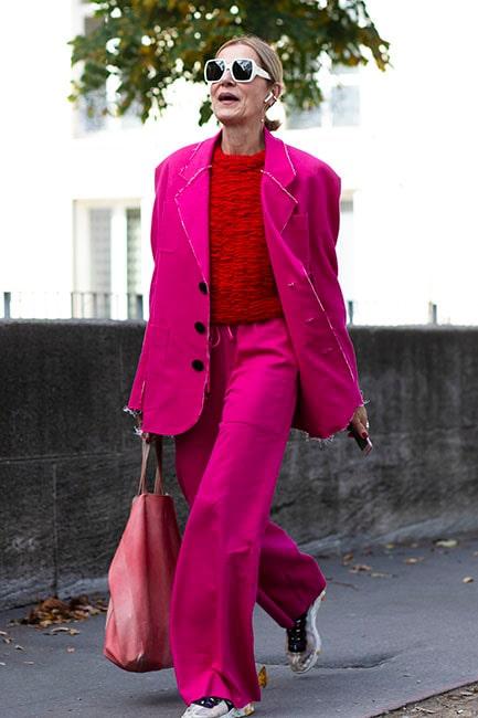 En rosa kavaj gör sig ursnyggt till kontrasterande rött.