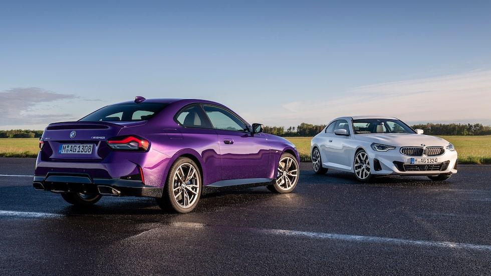 BMW M240i xDrive Coupé i lila (Thundernight Metallic) och BMW 220i Coupé i vitt.