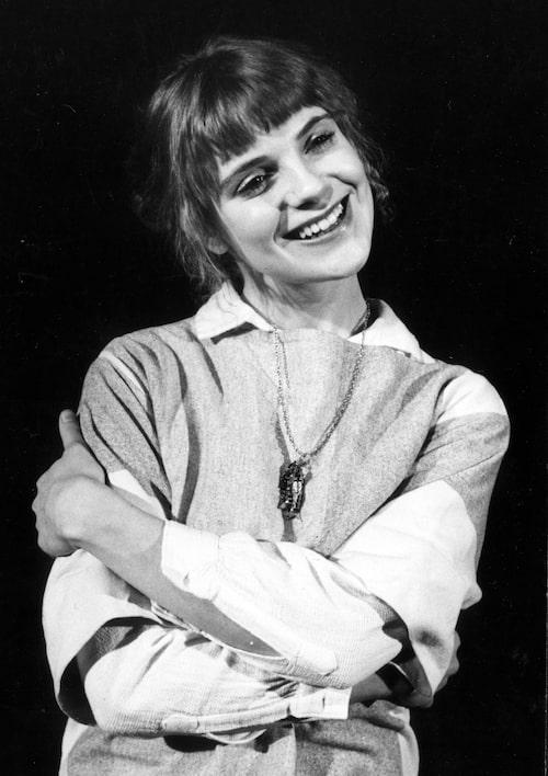 """Stina Ekblad läser """"""""Århundradets kärlekshistoria"""" på Wasa Teater 1978."""