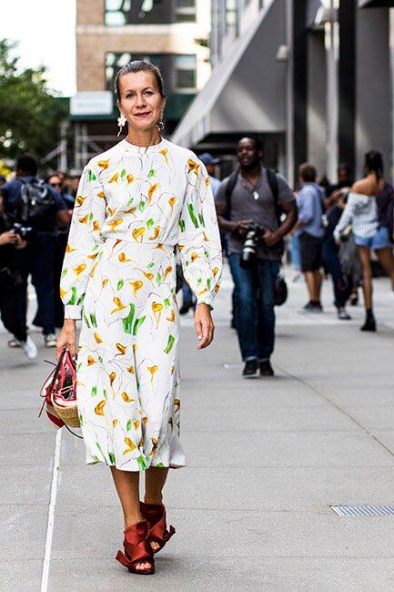 Klackar adderar ännu mer elegans till den blommiga klänningen.