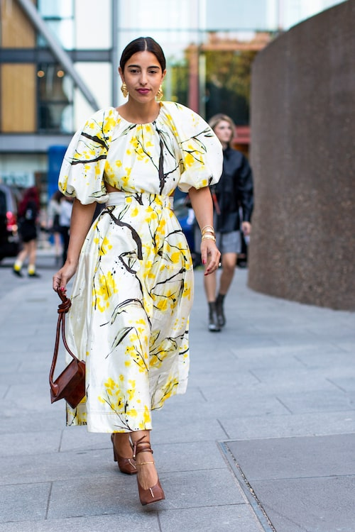 Den blommiga klänningen är ett måste i sommargarderoben.