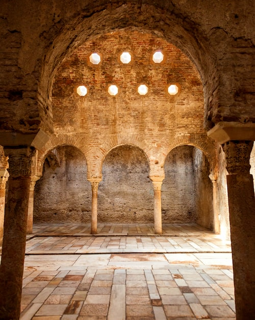 Badkulturen har en lång tradition i Andalusien. I Granada ligger El Banuelo, en tusen år gammal arabisk offentlig badanläggning. Den används inte som bad längre, men är öppen för turister att besöka.