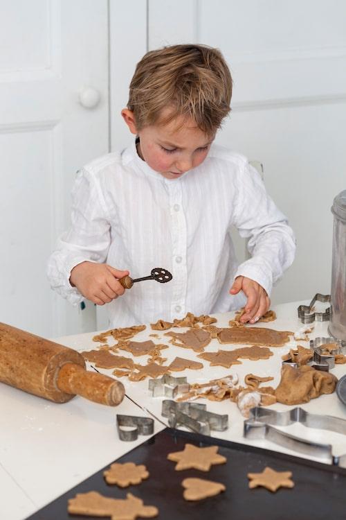 Yngste sonen Noah bakar pepparkakor.