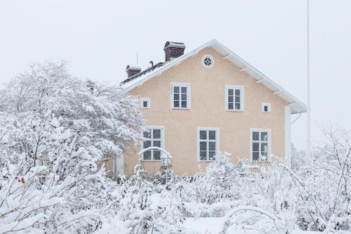 Inbäddad i ett härligt snötäcke ligger skolhuset som byggdes 1893. När familjen köpte det hade det fungerat som församlingsgård för Vallby kyrka i över 40 år.