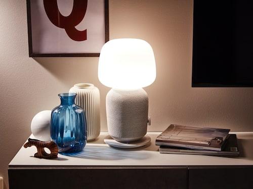 Till exempel en bordslampa kombinerad med wifi-högtalare, ett samarbete mellan Sonos och det stora möbelvaruhuset. Lampa Symfonisk, Ikea.