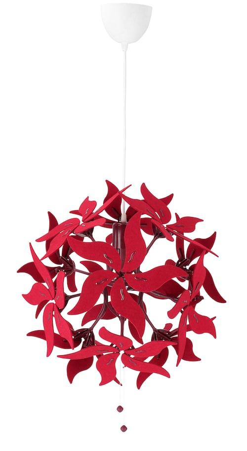 Röda blomblad på taklampa Ramsele. Du kan dra i snöret under och ge lampan ny form. ø43cm, från Ikea.