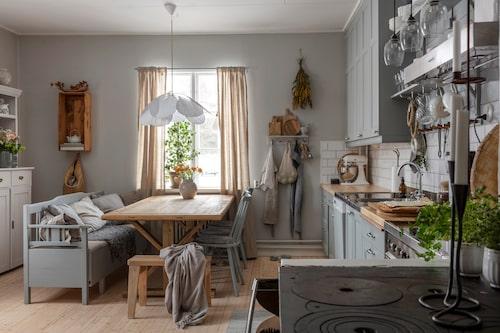 Emma inreder genomgående med loppisfyndade och ärvda möbler. Köket är inget undantag. Eftersom Emma gillar att måla så förnyar hon ofta gamla saker med nya kulörer