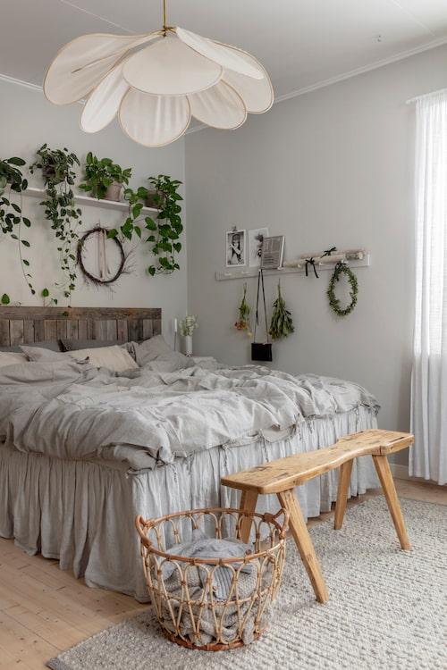 Sängen bäddas med linnelakan i naturnära nyanser. Sänggaveln har Emma tillverkat av gamla väderbitna plankor. I hemmet finns gott om förvaringskorgar, som rymmer allt från plädar till varma yllesockor.