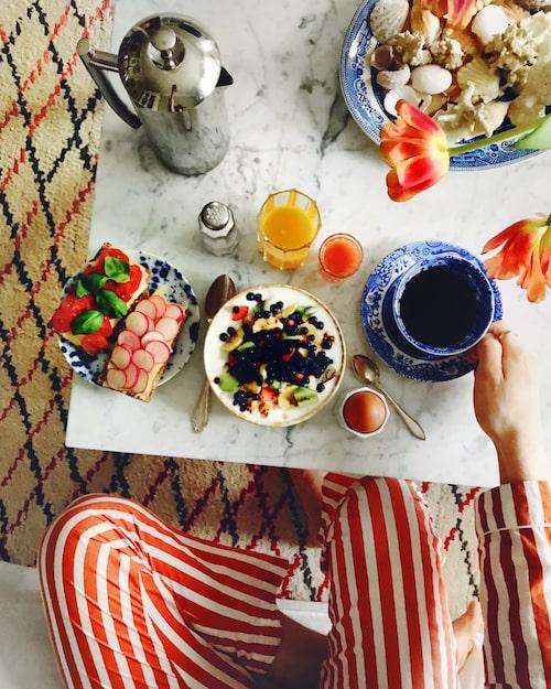 """Frukost är bland det allra bästa Sebastian vet. """"Jag vill inspirera mina läsare till att njuta av livet i varje liten beståndsdel, att stanna upp en stund och känna värmen från morgonkaffet."""""""