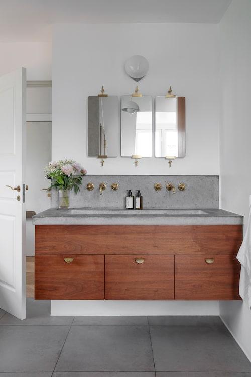 Speglar vid handfat, Købehavns møbelsnedkeri, väggarmatur från Ifö, taklampan är Verner Pantons klassiska Flower pot, kranar från Aquadomo.