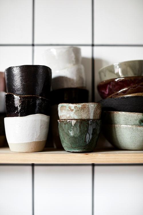 Den handgjorda glaserade Raaka rå-keramiken av Leena Kouhia används dagligen.