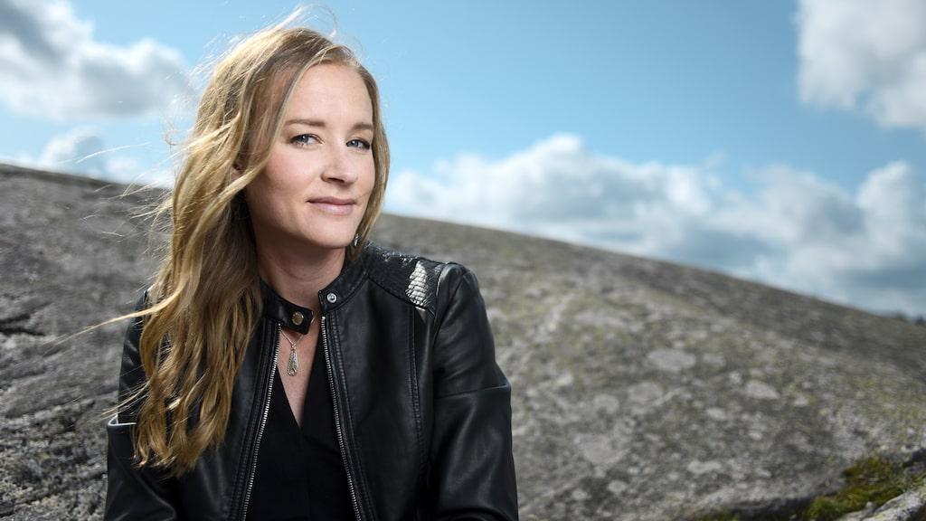 Stina Jackson är aktuell med nya boken Ödesmark. Är det vårens bästa deckare?