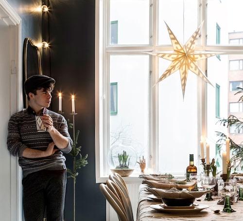 """""""Kring mitt matbord är det en salig blandning av allt. Stort och smått samt dyrt och billigt. Allt ska användas"""", säger Simon, som man hittar på Instagram under @simonolsson.officiell."""