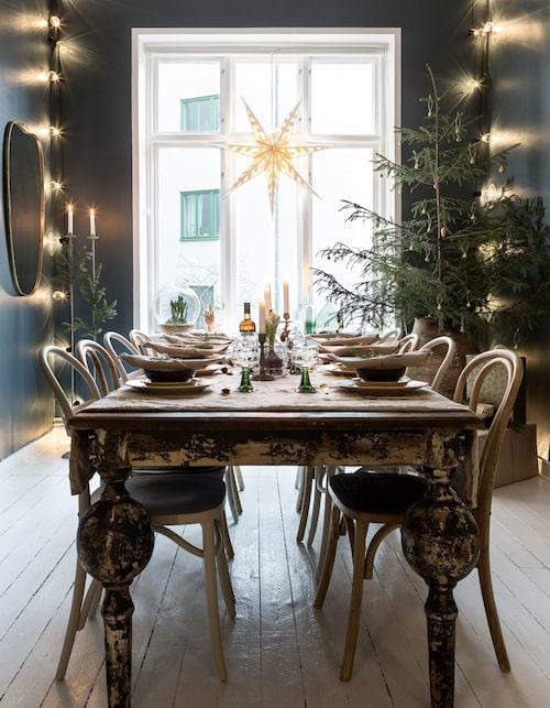 Julbordet är självklart dukat med loppisfyndat porslin. Matbordet är fyndat via en Hemnetannons. Stolar från Jotex, bestick från Åhléns, linneservetter från Svanefors. Övrigt är från loppis och auktioner.