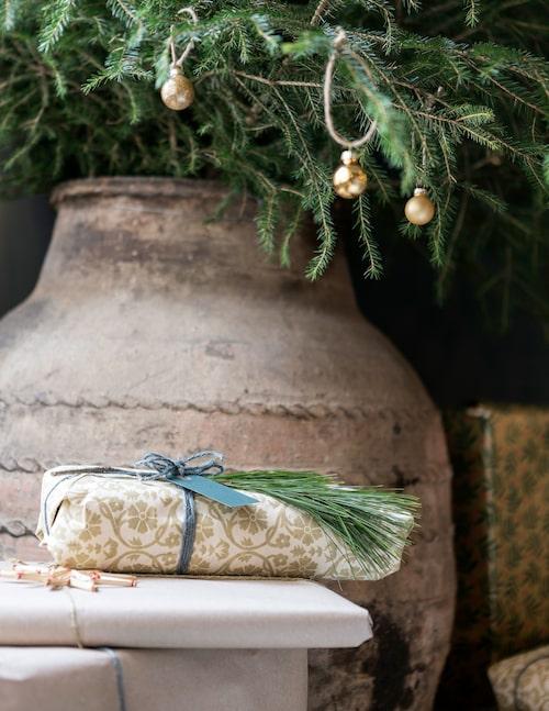 Julgranen har Simon ställt i en antik kruka av större modell.