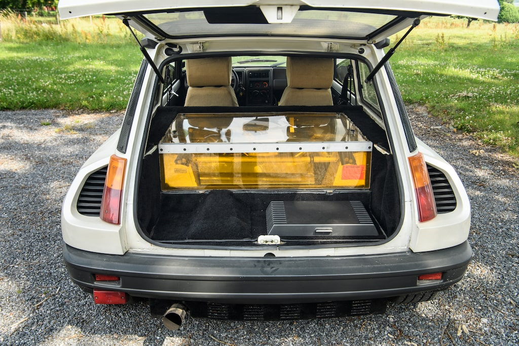 Växellådan är monterad bakom motorn och göms under golvet.