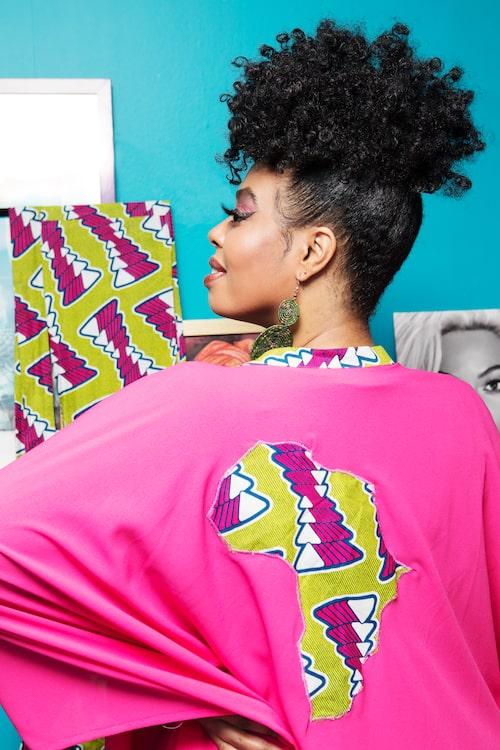 """""""Rosa kimono med Afrika på ryggen från Zimbochic och gröna örhängen från Uganda."""""""