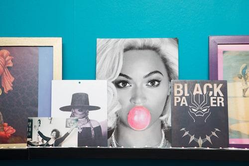 """""""Inspirationshylla med bilder på förebilder som Toni Morrison, Black Panther och allas vår Queen B! Banbrytande gudinna! Beyoncé har verkligen åldrats baklänges och med stil. Hon är född dagen innan mig och i mitt huvud tänker jag mig att vi skulle kunna vara bästisar."""""""