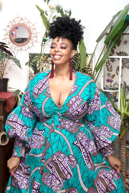 Dinah i turkoslilamönstrad klänning från Zimbochic.