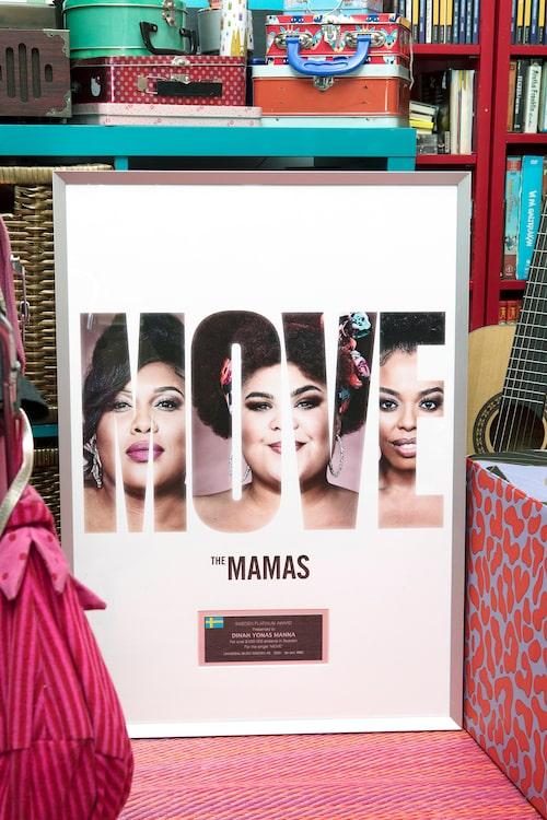 """""""Min yngsta dotters lekhörna i vardagsrummet, tillika vår musikhörna med vinylspelare, instrument och platinaskivan för Move med The Mamas."""""""