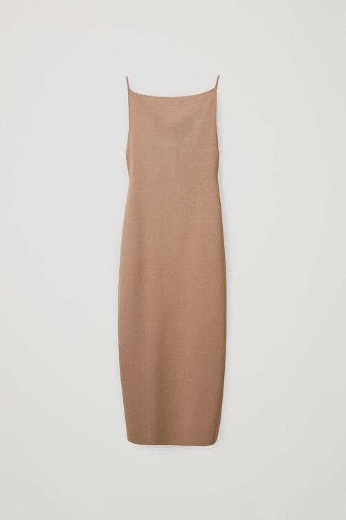 Neutralt färgad slipklänning med sensuell rygg från Cos.