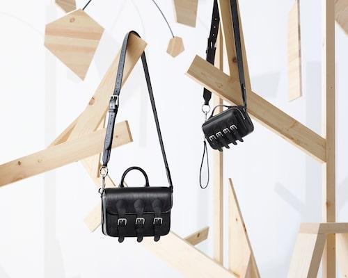 På väskornas avtagbara axelremmar står bägge märkenas loggor: Acne Studios och Mulberry