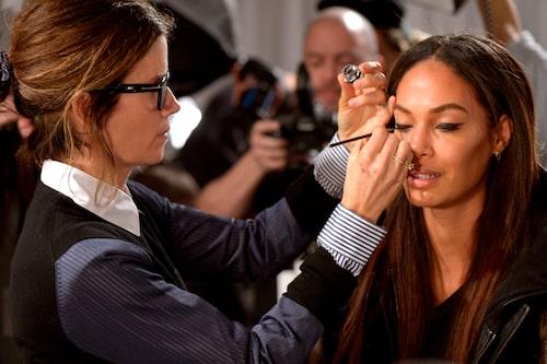 En fokuserad Gucci Westman sminkar modellen Joan Smalls.