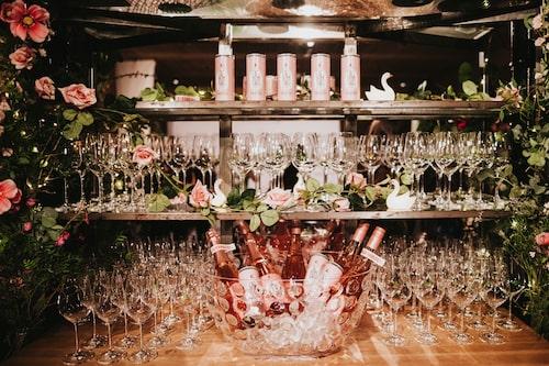 Gästerna bjöds på rosévin från Leitz under förminglet.