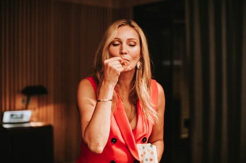 Tv-profilen Jessica Almenäs högg in på en godisråtta.