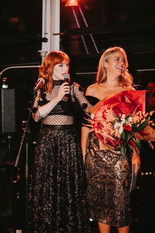 Opinionsbildaren Cissi Wallin tog emot blommor och vin från kvällens toast madame Ebba Kleberg von Sydow.