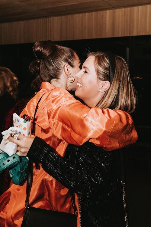 Tack för ikväll! Skådespelaren Alida Morberg och podd-maman Angelica Lagergren kramades hej då.