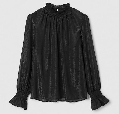 Den här toppen behöver bäras med raka byxor, då framhävs den på bästa sätt. Skimrande blus i polyester, stl XS–L, 499 kr, Stock hlm/MQ MARQET.