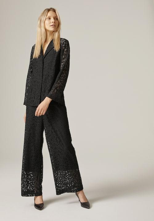 Tips! Skjortan blir superfin till ett par svarta, tajta byxor. Skjorta och byxor, stl XS–XL, 599 kr/del, Visual Clothing Project/MQ MARQET.