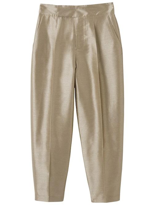 Den höga midjan gör byxorna extra bekväma. Byxor i råsiden look, i polyester, stl XS–L, 599 kr, Visual Clothing Project/MQ MARQET.