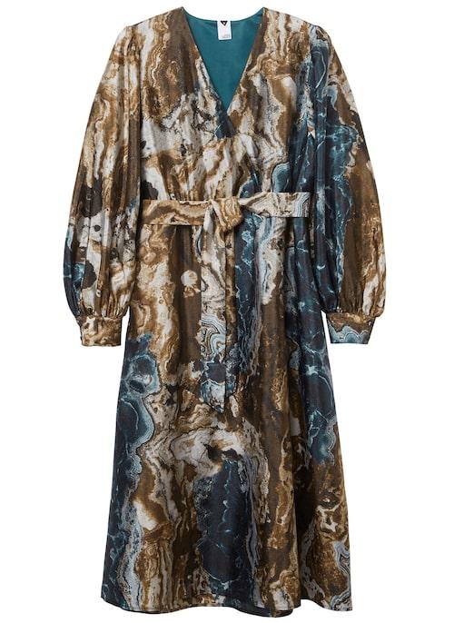 Mönstrad klänning i polyester, stl XS–L, 899 kr, Visual Clothing Project/MQ MARQET.