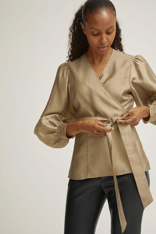 Vill du klä upp din vardag, matcha blusen med ljusa jeans. Ljus blus i polyester, stl XS–L, 599 kr, Visual Clothing Project/MQ MARQET.