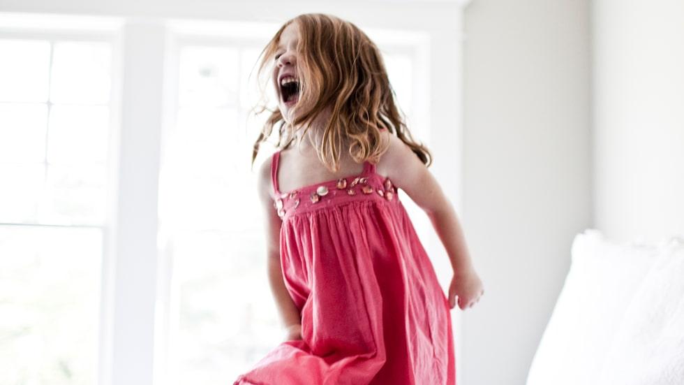 Dottern kan själv – och blir arg om föräldrarna berömmer henne. Varför? Barnpsykologen svarar.