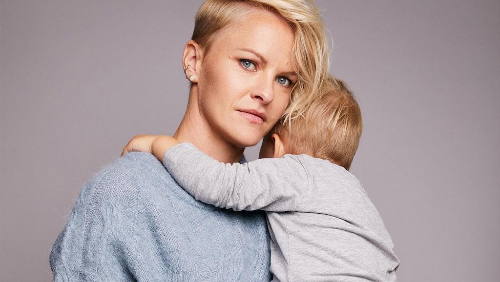Fotbollsspelaren Nilla Fischer med sonen Neo, som hon har med frun Mika.