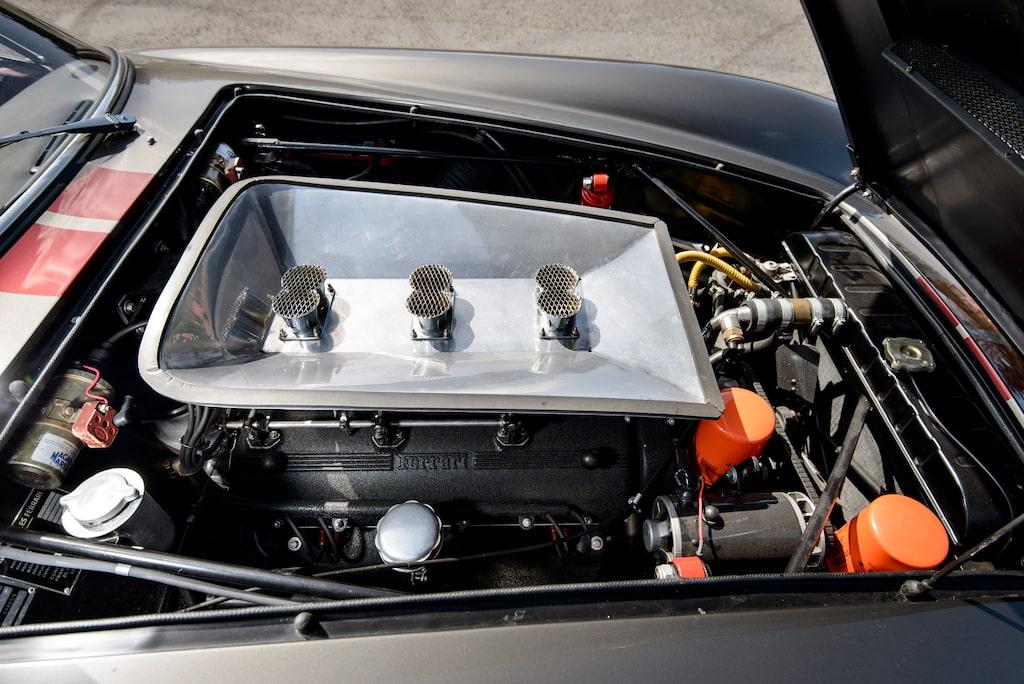 V12-motor på 3 liter med en överliggande kamaxel per cylinderbank, trippla stående Weber-förgasare. Och ett ljud att dö för.