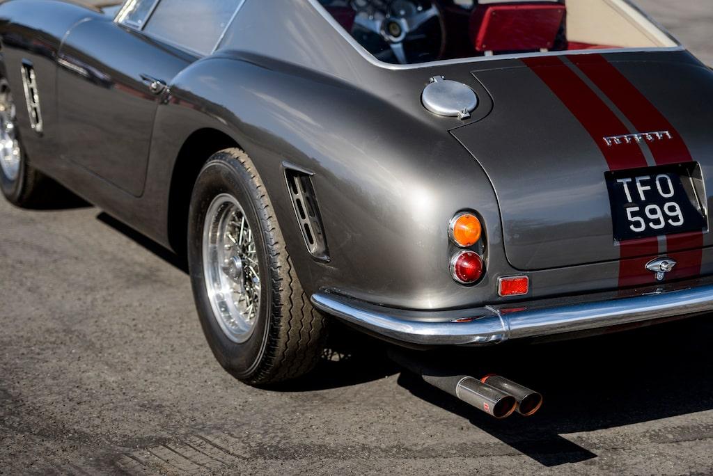 Luftutsläppen bakom både fram- och bakhjul är typiska för SWB-modellen. Borrani ekerhjul var standard på alla Ferraris standardmodeller under 50-talet.