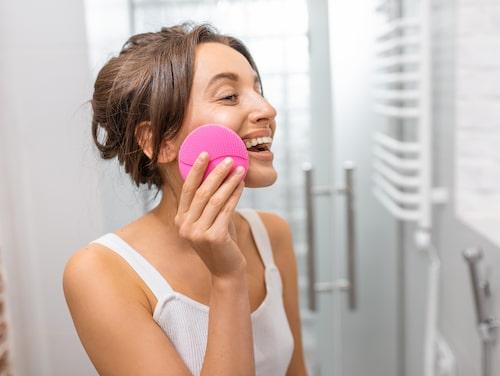 Många mekaniska rengöringsborstar använder soniska vibrationer för att rengöra skonsamt.