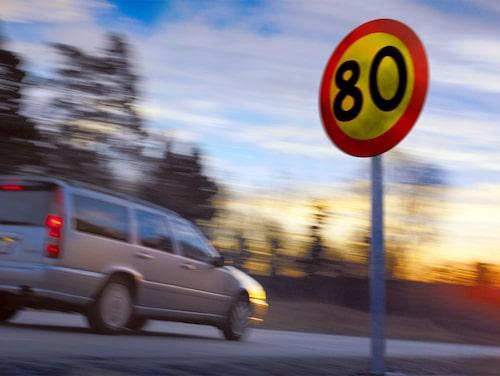 På landsvägarna håller de flesta bilisterna hastigheten