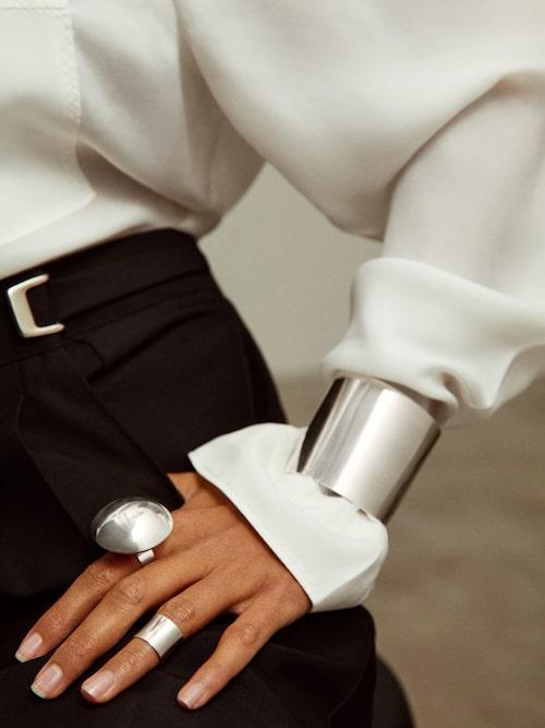 """Ring """"Lense"""", 8 000 kr. Ring """"Arc"""", 1 700 kr. Armband ur """"Arc cuff""""-serien, 7 500 kr. Samtliga i sterlingsilver."""