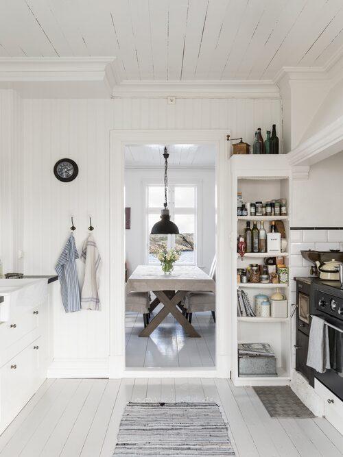 Det vackra vita lantköket känns som klippt och skuret för det vita huset. Innanför köket finns ett mysigt matrum med fantastisk utsikt över vattnet åt tre håll.