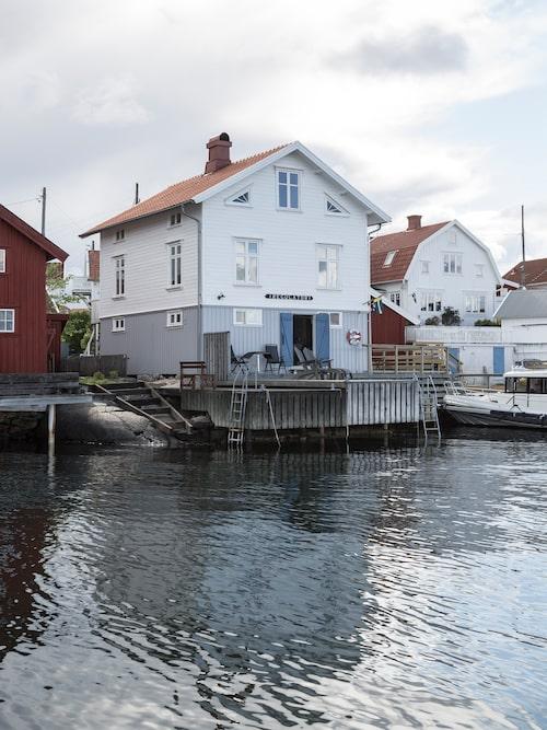 Huset är ett tvåplans så kallat Norgehus som liksom står ovanpå det som förr kallades magasinet och numera går under namnet sjöboden.