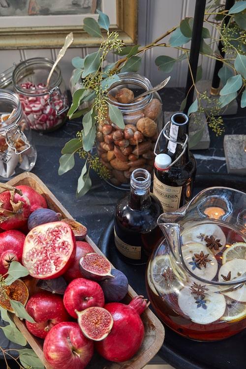Julbordet är dukat! Granatäpple, fikon och en stor kanna hemlagad glögg med stjärnanis, citrus och skivat äpple blir fint i vackra serveringskärl från loppis och auktion. Dryck, Beriksson, och godis, Polkapojkarna.