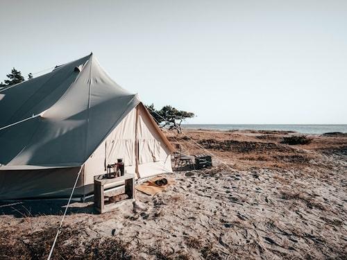 Sov i en Hästenssäng på stranden på Gotland, boka tälthotell på surflogiet.se.