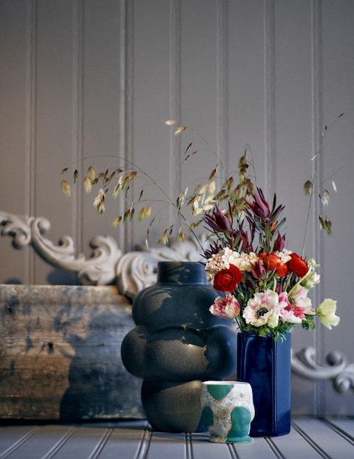 Vas  Balloon 04 i brunglaserad keramik, 32 cm hög, från Louise Roe, blå vas Ruutu i mörkblå glasyr, 18 cm hög, från Iittala. Jessica Hans har gjort muggen Green cow i stengods, från Hay Gulled. Dörröverstycke från Carma.