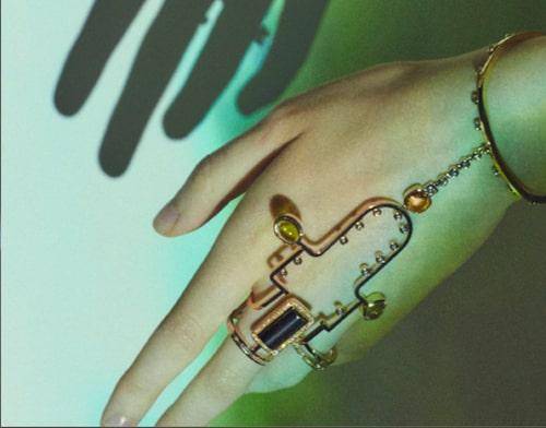 Ring och armband i perfekt asymmetri, A l'écoute ur Lignes sensibles high jewellery collection, Hermès.