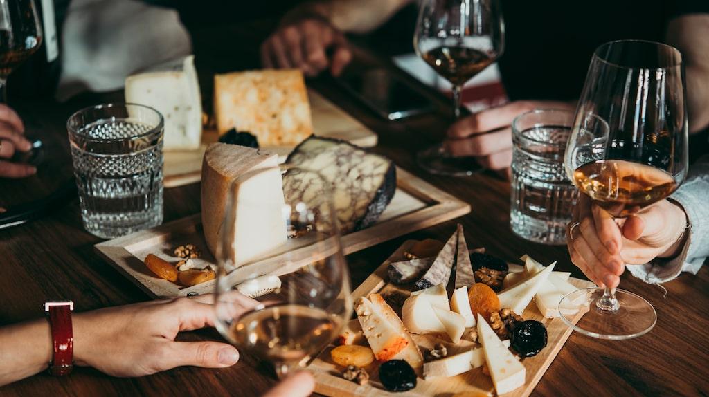 Vill du testa många olika ostar och viner? Köp halv-flaskor istället för fullstora flaskor, så får du fler smakupplevelser för en mindre summa pengar.